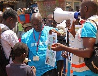 Trabajadores sanitarios de la UNICEF dan información a la gente sobre el virus del ébola y la forma de prevenir la infección, en Conakry, Guinea, en esta fotografía de archivo del lunes 31 de marzo de 2014. Youssouf Bah, Archivo / Foto AP Read more here: http://www.elnuevoherald.com/2014/04/27/1735835/sobrevivientes-de-ebola-son-estigmatizados.html#storylink=cpy