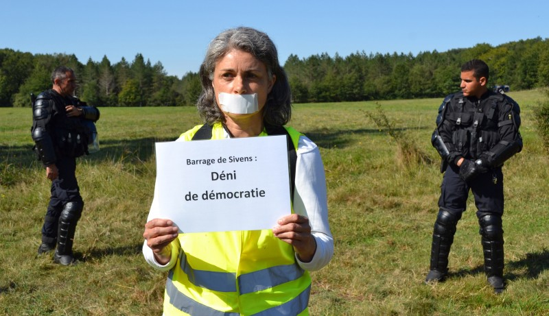 040914-collectif-testet-deni-de-democratie-3