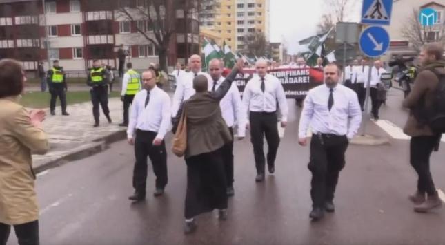 la_femme_reste_silencieuse_face_aux_neo-nazis